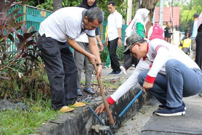 WUJUDKAN INDONESIA BERSIH DAN SEHAT, PEMPROV RIAU BERSAMA RSUD ARIFIN ACHMAD LAKUKAN GOTONG ROYONG BERSAMA