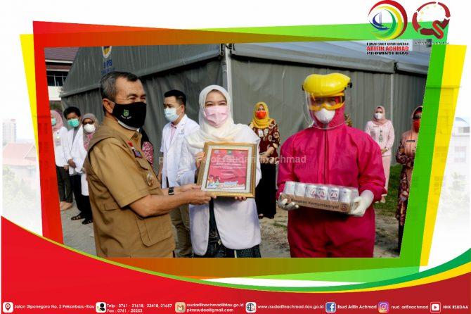 Gubernur Riau berikan Apresiasi ke Tenaga Medis RSUD Arifin Achmad Provinsi Riau di Hari Kesehatan Nasional